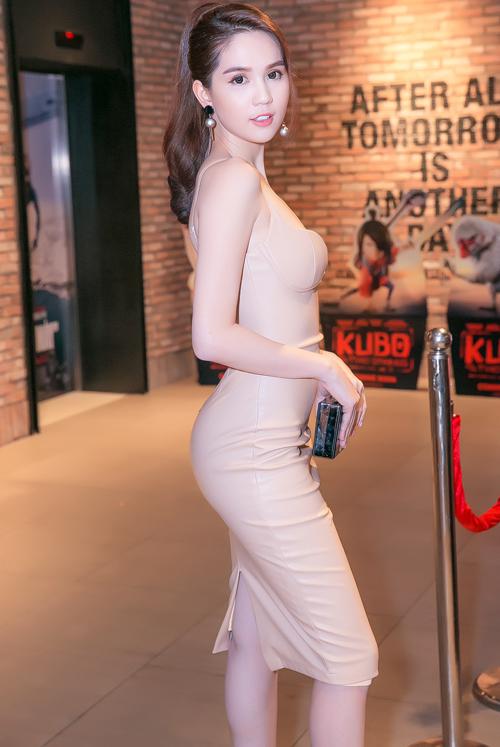 Ngọc Trinh khoe đường cong với váy bó sát, phần ngực thiết kế kiểu corset gợi cảm.