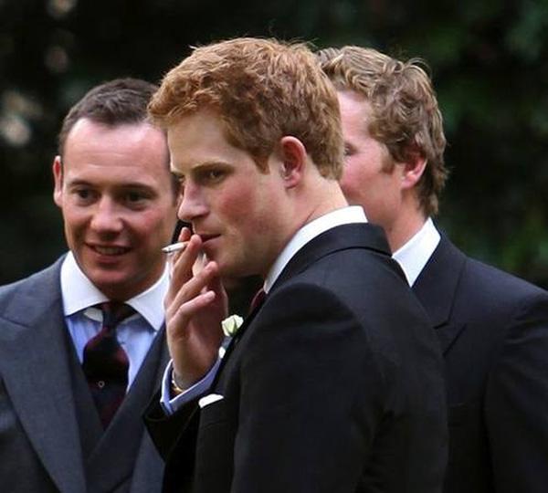 Hoàng tử Harry thừa nhận có sử dụng cần sa và rượu khi còn ở độ tuổi rất trẻ.