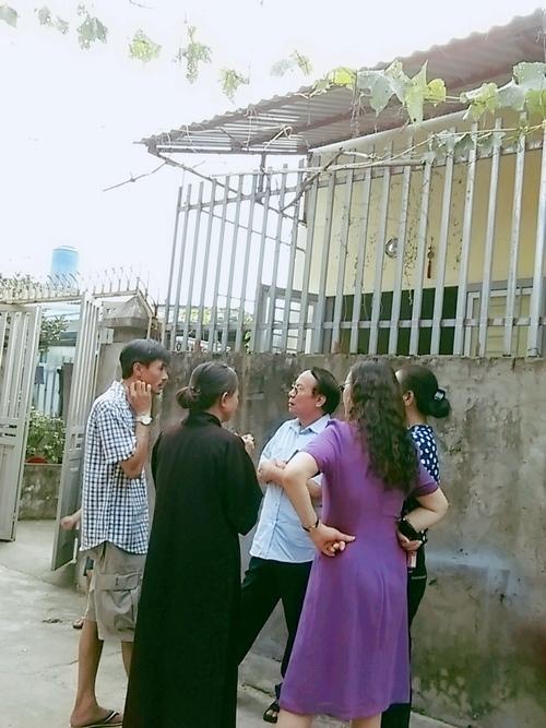 Bà Lan (áo nâu) trò chuyện cùng người thân về việc lo hậu sự cho chồng.