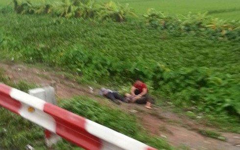 Một nạn nhân nằm bên vệ đường sau vụ tai nạn. Ảnh: FB