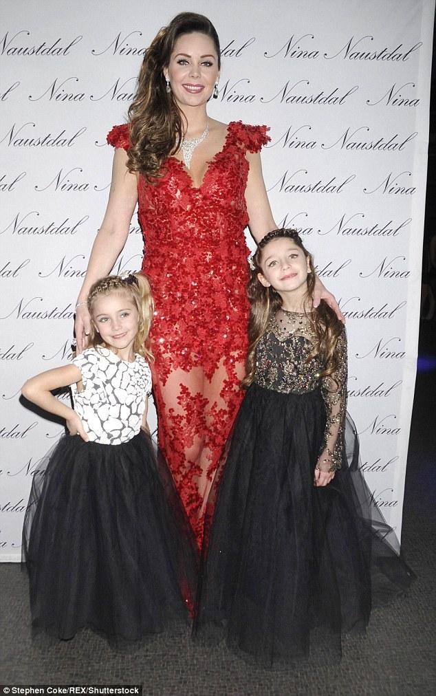 Cô Nina Naustdal và 2 con gái trong buổi phỏng vấn các gia đình siêu giàu của kênh truyền hình Channel 4.