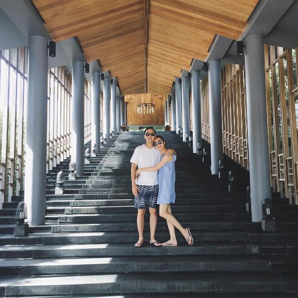 Vợ chồng Tăng Thanh Hà ôm nhau tình cảm trong chuyến nghỉ dưỡng sang chảnh.