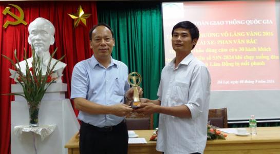 Tài xế Phan Văn Bắc, tài xế xe khách Toàn và anh Nguyễn Thanh Phong - chủ xe khách hoàn toàn xứng đáng được khen thưởng vì những quyết định, cách xử lý tình huống hợp lý. (Ảnh Thanh Niên)