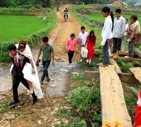 Chú rể cõng cô dâu vượt 3 km đường dốc lầy lội trong đám cưới.