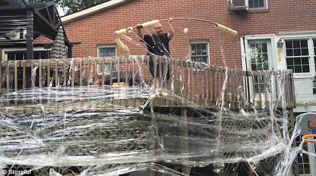 """Jonathan Harchick từ thành phố Pittsburgh, bang Pennsylvania, Mỹ đã cuốn chặt băng dính quanh nhà bố mẹ mình khi họ đi nghỉ vài ngày. Hơn 1.000 cuốn băng dính đã được sử dụng vào mục đích """"bảo vệ căn nhà"""". Thậm chí cả đồ nội thất và mái nhà cũng được gắn tối đa."""