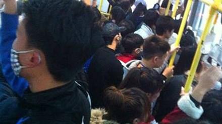 Lợi dụng sự đông đúc, chen lấn nhiều kẻ biến thái quấy rối tình dục trên xe buýt. Ảnh: TL.