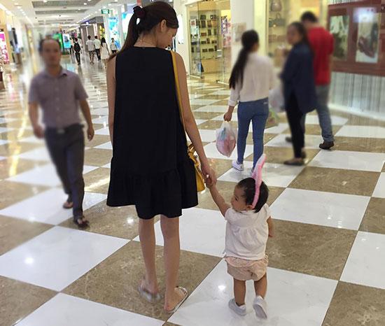 Kỳ Hân đưa cháu gái đi chơi Trung thu ở một trung tâm thương mại. Ảnh: FB.