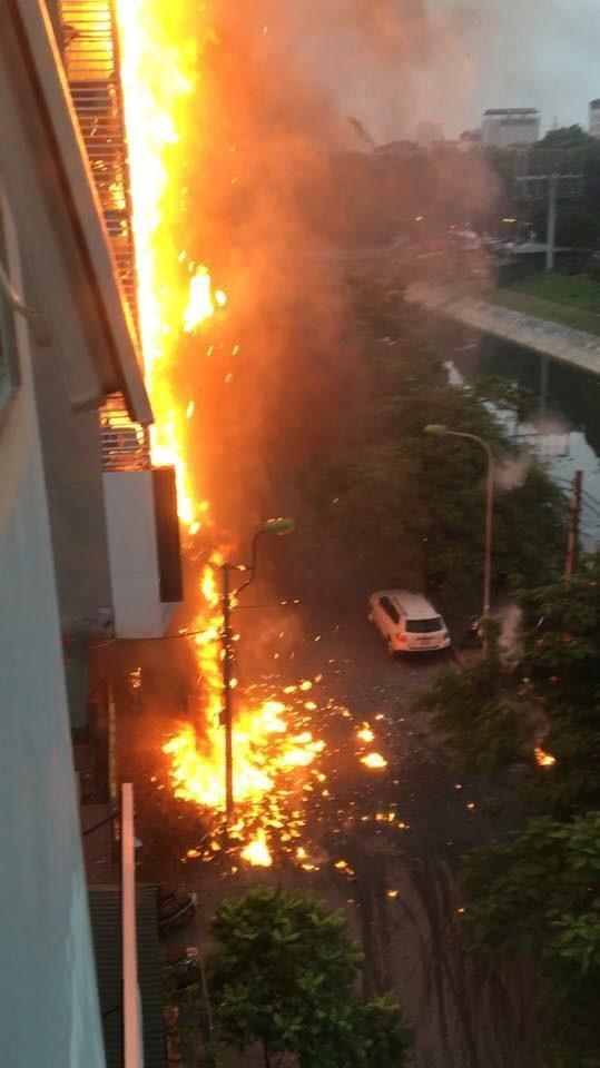 Khoảng 17h45 ngày 17/9, bảng hiệu dạng LED treo ngoài quán karaoke cao 8 tầng (85 Nguyễn Khang, quận Cầu Giấy, Hà Nội) bất ngờ bốc cháy dữ dội.