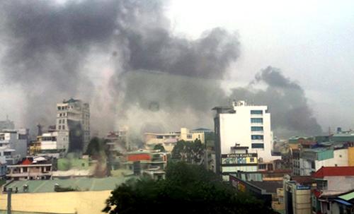 Khói từ vụ nổ bao trùm khu vực quận 10 và Tân Bình. Ảnh: L.N