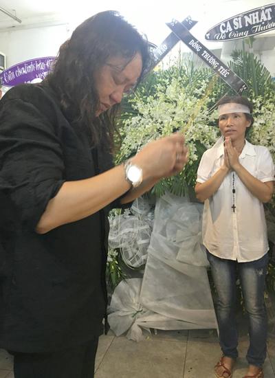 Vừa từ Mỹ về Việt Nam Nhật Hào đi thẳng đến tang lễ để thắp hương cho Minh Thuận. Ảnh: Tâm Giao.