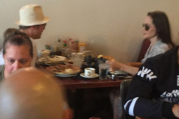 Ngày 12 tháng 7, Angelina Jolie và Brad Pitt đã được bắt gặp tại một nhà hàng ở phía Tây Hollywood, nơi cặp đôi tổ chức sinh nhật cho hai bé song sinh Knox và Vivienne. Lúc này, dường như cả hai vẫn còn rất hạnh phúc và mặn nồng. Họ liên tục trao nhau những cử chỉ tình cảm và nụ cười mãn nguyện trên môi. Đây được coi là bức ảnh hạnh phúc cuối cùng của họ.