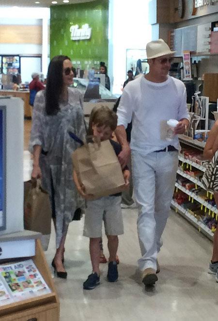 Khi cặp song sinh Knox và Vivienne đón sinh nhật 8 tuổi vào ngày 12/7, Angelina Jolie và Brad Pitt cùng đưa hai con đi mua quà tại Los Angeles. Đó là lần cuối cùng các tay săn ảnh trông thấy ông bà Smith đi cùng nhau.