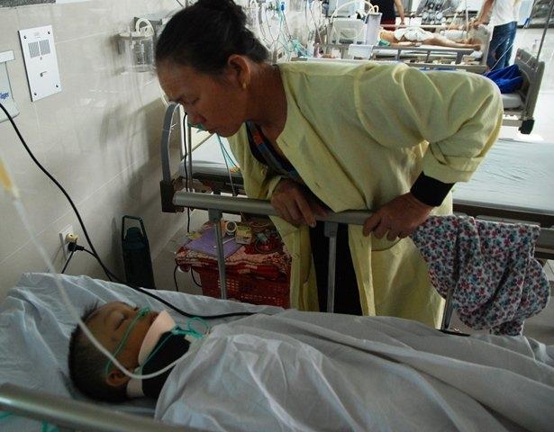 Cháu Ngô Quang Trịnh đang được điều trị tại Bệnh viện Hữu nghị Việt Nam - Cu Ba Đồng Hới