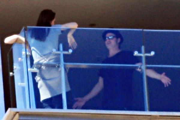 Trong suốt 9 năm hẹn hò, Angelina Jolie và Brad Pitt chưa từng lộ ảnh căng thẳng với nhau. Tuy nhiên chỉ 3 tháng sau khi kết hôn vào tháng 8/2014, ông bà Smith đã bị chụp hình cãi vã gay gắt trên ban công khách sạn ở Sydney, Australia.