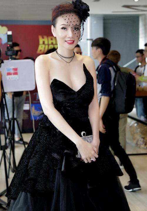 Dương Yến Ngọc khoe vẻ gợi cảm với váy áo, phụ kiện phong cách cổ điển, dự tiệc sinh nhật một kênh giải trí.