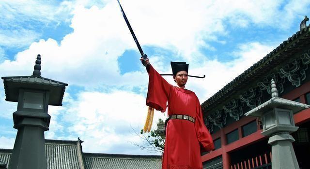 Hồi tháng 7, các nhà làm phim Trung Quốc thông báo thực hiện phần mới về cuộc đời Bao Thanh Thiên - chuyển thể từ tác phẩm Tam hiệp ngũ nghĩa. Vai chính Bao Chửng được giao cho tài tử Lý Đông Học. Quá trình quay phim diễn ra thầm lặng, vài hình ảnh từ phim mới đây được công bố trên các trang mạng.
