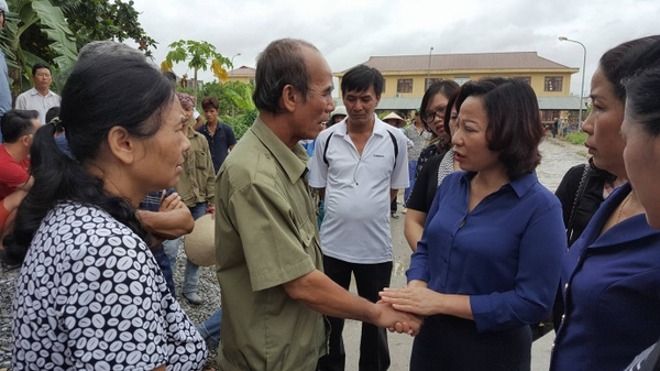 Ông Hùng (chồng bà Hát) bình tĩnh xử lý mọi việc tại hiện trường vụ thảm án của gia đình.
