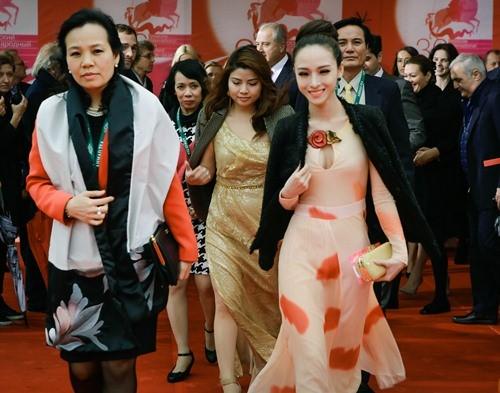 Trương Hồ Phương Nga nổi bật khi sải bước trên thảm đỏ Liên hoan phim.