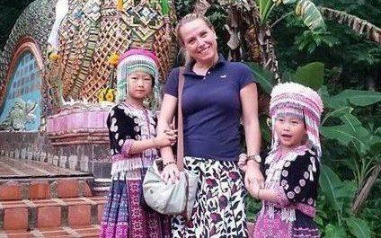 Trong ảnh, bé gái bên phải đang tháo đồng hồ của du khách khi chủ nhân không hề hay biết.