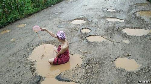 Người mẫu Palm tắm bùn trên con đường nham nhở ở huyện Mae Ramat, tỉnh Tak, Thái Lan. Ảnh: Facebook