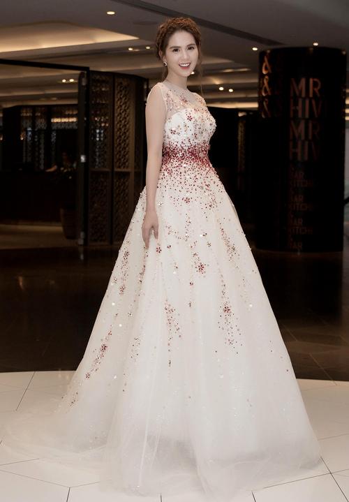 Ngọc Trinh xinh xắn, lộng lẫy như công chúa trong chiếc váy nhà thiết kế Đỗ Long làm riêng cho cô.