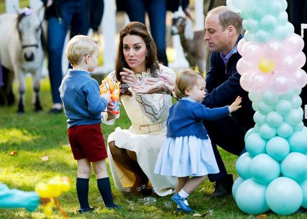 Hoàng tử George và em gái hôm 29/9 cùng 24 em bé khác là con của các quân nhân Canada tham dự một bữa tiệc ở Goverment House, nơi cả gia đình hoàng gia đang ở trong chuyến công du kéo dài 8 ngày.