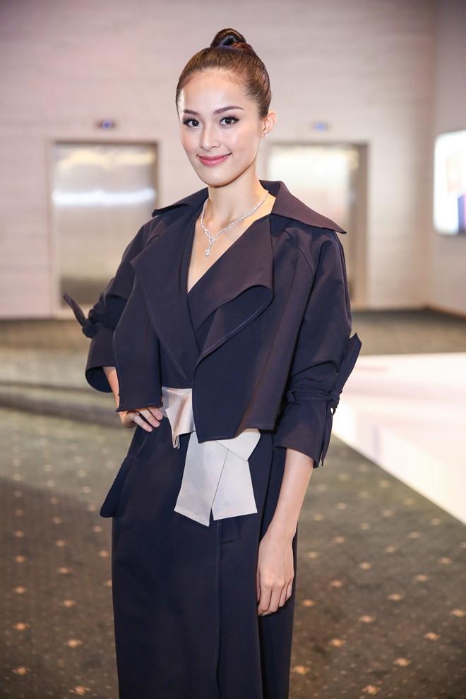 Tối 1/10, đêm cuối của Elle Fashion Journey 2016 tiếp tục diễn ra tại TP.HCM. Hạ Vi là một trong số những gương mặt thu hút sự chú ý của truyền thông lẫn khách mời khi đến xem sự kiện thời trang này. Cô diện bộ cánh màu đen, búi tóc cao và đeo trang sức kim cương.