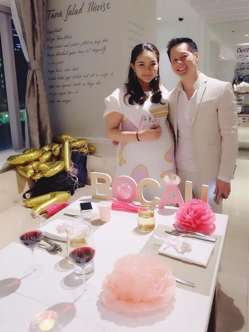 Cuối tuần qua, vợ chồng Phan Như Thảo và doanh nhân Đức An đã tổ chức party ấm cúng tại TP HCM. Người mẫu tiết lộ rằng, ông xã đã cùng em gái cô lén lút chuẩn bị cho sự kiện vì muốn cô bất ngờ.