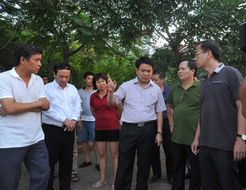 Chủ tịch UBND TP Hà Nội Nguyễn Đức Chung chỉ đạo xử lý sự cố tại hồ Tây. Ảnh: PK.