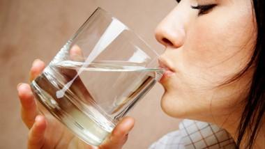 Uống nước ngay sau khi thức dậy có vai trò quan trọng trong việc phòng ngừa sỏi thận và nhiễm trùng bàng quang.