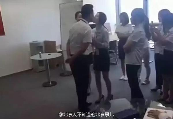 Một nhân viên nữ đang thực hiện thủ tục hôn chủ vào buổi sáng. Ảnh:Shanghaiist