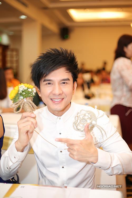 Đan Trường hiếm khi đi sự kiện nhưng vì tình bạn lâu năm với Việt Hương, anh tới ủng hộ nữ danh hài.