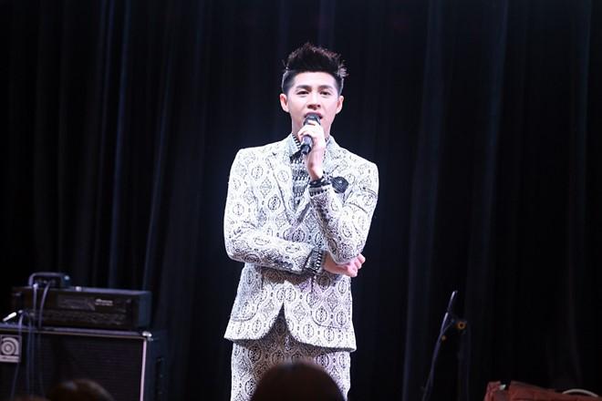 Hai màn trình diễn ấn tượng của Noo Phước Thịnh tại Asia Song Festival 2016 (Hàn Quốc) giúp anh nhận được nhiều lời khen ngợi từ công chúng, truyền thông trong lẫn ngoài nước. Trưa 10/10, nam ca sĩ từ Busan di chuyển tới Seoul nhằm tiếp tục các hoạt động ở đây trước khi trở về nước.