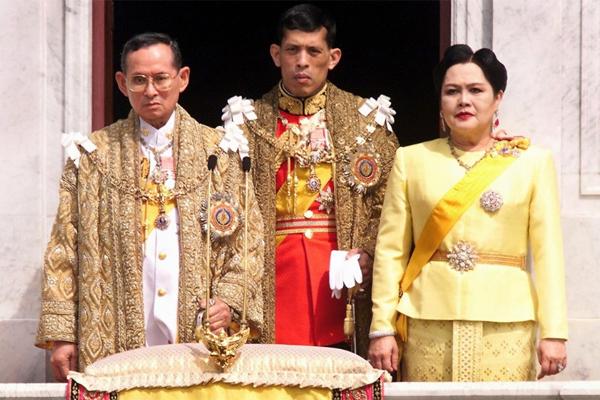 Quốc vương Thái Lan Bhumibol Adulyadej và vợ, con trai. Ảnh: Reuters