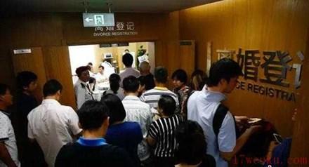 Cảnh xếp hàng chờ được ly hôn ở Trung Quốc