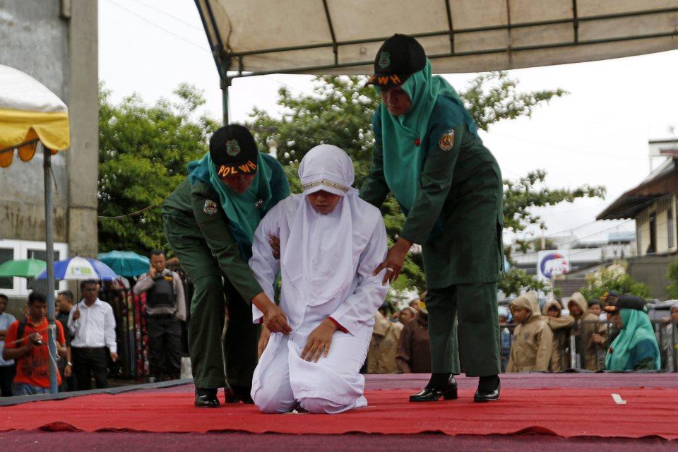 Cô gái bị đánh giữa phố bằng roi vì vi phạm luật Sharia. Ảnh:EPA