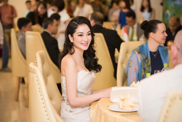 Nguyễn Thị Huyền đăng quang năm 2004, 12 năm sau, cô vẫn vẹn nguyên vẻ đẹp như ngày xưa.