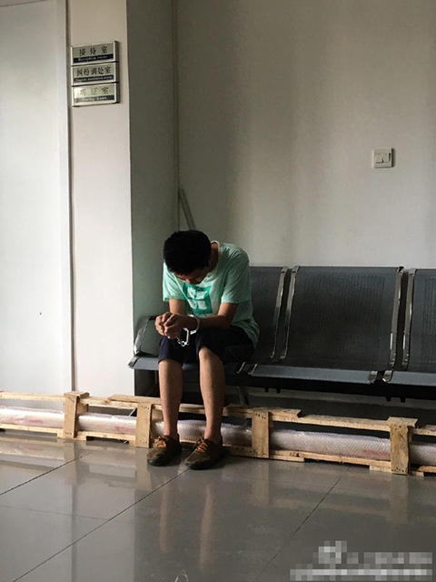 Kẻ gian ngồi thu lu tại đồn cảnh sát.