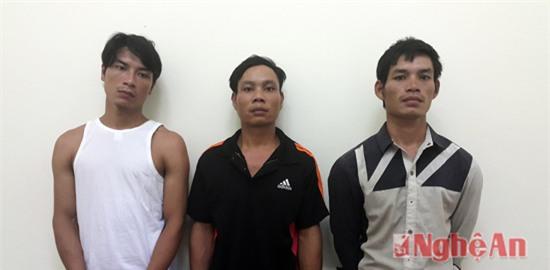 Đối tượng Bền (áo đen đứng giữa) cùng Tuấn và Đàn tại cơ quan điều tra