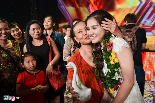 Cô gái 17 tuổi hạnh phúc trong vòng tay của bà ngoại. Ảnh: Nguyễn Bá Ngọc