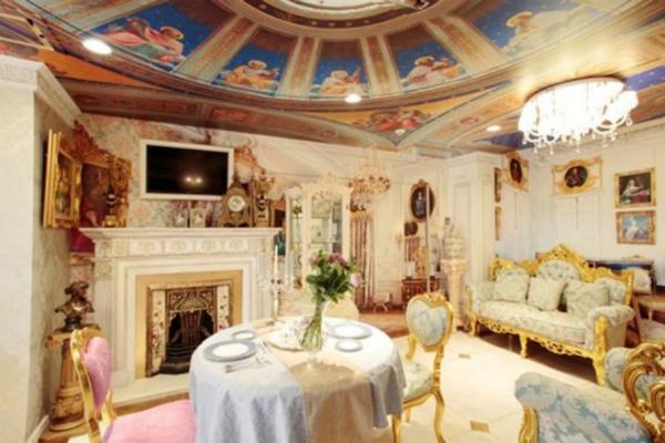 Phòng ở của các sản phụ thiết kế theo phong cách hoàng gia cổ điển với các chi tiết dát vàng sang trọng.