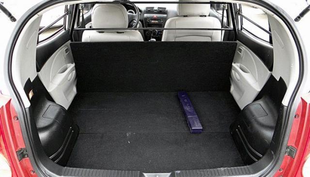 Khoang sau của Kia Morning Van không có ghế ngồi, chỉ dùng để chở hàng. Nếu ai tự ý lắp thêm ghế, CSGT kiểm tra sẽ bị xử phạt rất nặng.