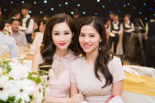 Hoa hậu Việt Nam 2012 (trái) chia sẻ cô biết ơn và vẫn giữ mối quan hệ thân thiết với các thành viên ban tổ chức.