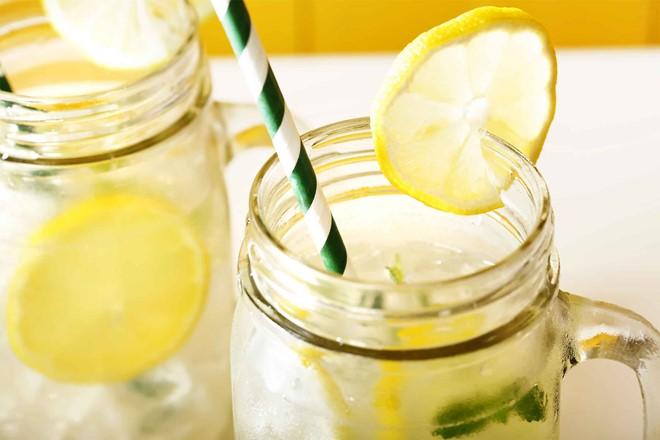 Nước chanh - Ngăn ngừa sỏi thận: Một số nghiên cứu cho thấy uống nước chanh mỗi ngày có thể ngăn ngừa bệnh sỏi thận và cắt giảm nguy cơ tái phát của căn bệnh này tới 90%.