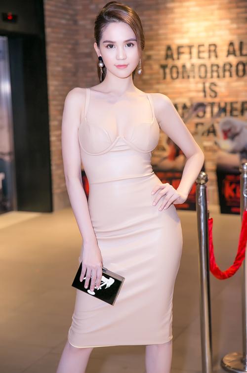 Người đẹp Vòng eo 56 tới ủng hộ vai diễn mới của cô em đồng nghiệp thân thiết Linh Chi.