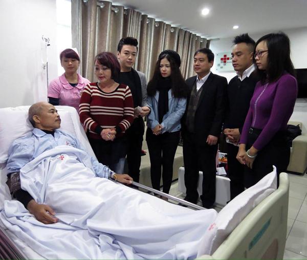 Nghệ sĩ Trà My, ca sĩ Phan Anh, Dương Hoàng Yến, Tô Minh Thắng vào viện thăm Chu Văn Quềnh trong thời gian anh điều trị bệnh ung thư.