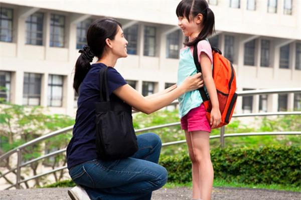 Dành thời gian để đồng hành cùng con mỗi ngày đến trường là món quà tuyệt vời nhất mà bố mẹ có thể dành tặng cho con. (Ảnh minh họa)