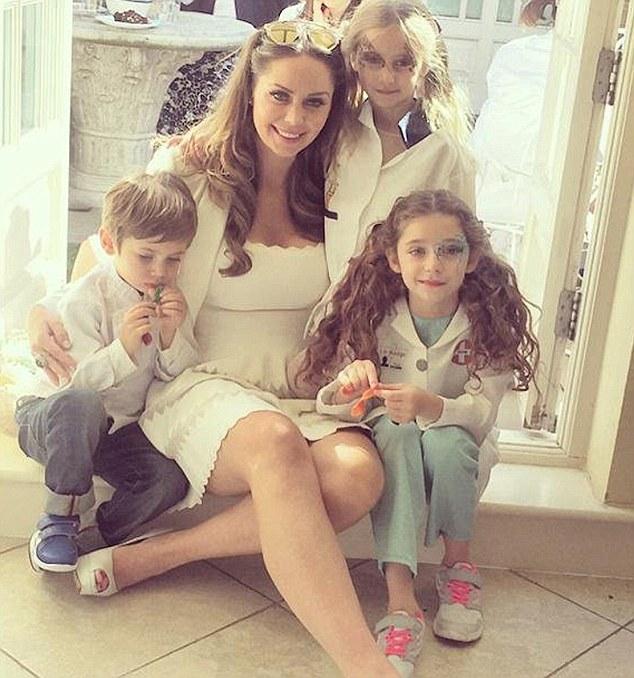 Ba đứa con của cô Nina trong các bộ trang phục hàng hiệu và được thiết kế riêng.