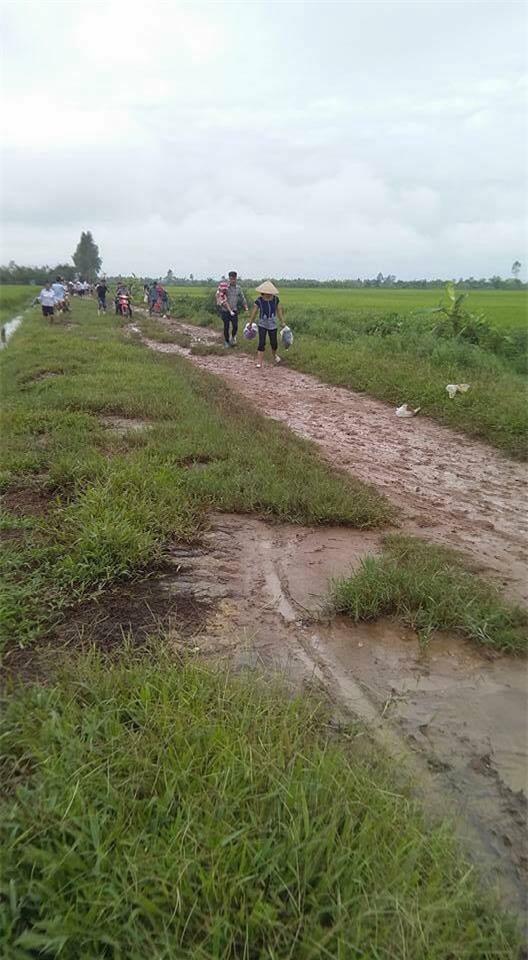 Con đường lầy lội bẩn thỉu vì trời mưa khiến những người dự đám cưới phải đi qua khá chật vật.