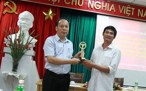 Tài xế Phan Văn Bắc được Ủy ban ATGT Quốc gia đặc cách trao tặng giải Vô lăng vàng năm 2016.